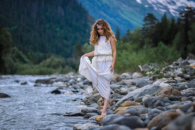 dívka u řeky