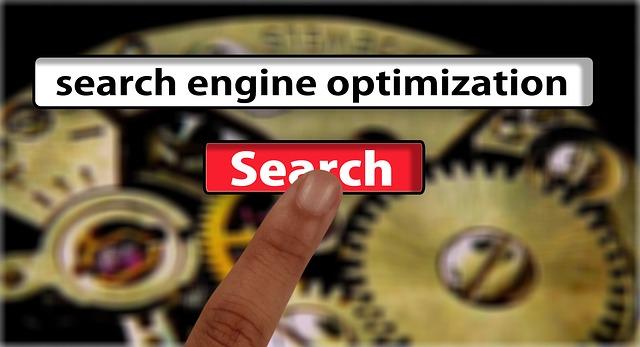 """lidský prst klepající na nápis """"vyhledat"""" pod optimalizací se strojovým pozadím"""